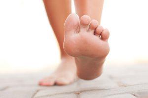 Jolis pieds ou talons &quot;width =&quot; 250 &quot;height =&quot; 167 &quot;/&gt;</a> Il serait plus facile d&#39;énumérer ce que la marche ne fait pas pour vous.</p><p>Pour les débutants, la marche est idéale pour les os et réduit les risques d&#39;ostéoporose.</p><p>La marche fait aussi des merveilles pour votre cœur et abaisse votre tension artérielle et votre taux de cholestérol. Aussi, comme la natation, cet exercice stimule votre humeur et atténue les émotions négatives.</p><p>Il a également été lié à une diminution du risque d&#39;Alzheimer et d&#39;autres problèmes de mémoire liés à l&#39;âge. Un autre grand avantage est que vous pouvez le faire n&#39;importe où et le seul équipement dont vous avez besoin est une paire de chaussures de marche confortable.</p><div style=