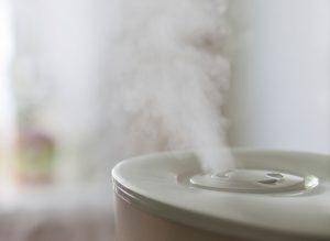humidificateurs pour allergies &quot;width =&quot; 500 &quot;height =&quot; 366 &quot;/&gt; </a> </p> <p> Une allergie est une affection médicale lorsque le système immunitaire de votre corps réagit de façon inhabituelle à des substances présentes dans l&#39;environnement. </p> <p> Les réactions allergiques sont généralement causées par les substances les plus courantes comme les pollens, les fibres de coton, les squames d&#39;animaux, les acariens, etc. mais peuvent également provenir de certains aliments comme les arachides, les fruits de mer, les mollusques et crustacés; médicaments ou médicaments; changement de saison; une sorte de protéines trouvées dans le latex de caoutchouc naturel et de nombreuses autres sources qui peuvent aggraver votre système immunitaire. </p> <p> Il existe plusieurs médicaments disponibles pour contrôler vos réactions allergiques comme les stéroïdes, l&#39;épinéphrine et les antihistaminiques, mais la meilleure façon de gérer vos allergies est de rester à l&#39;écart des allergènes et des agents responsables des réactions. </p> <p> Les allergènes comme les pollens, les acariens et les substances fibreuses ont tendance à se déplacer assez facilement dans l&#39;air sec. Les médecins conseillent donc de contrôler leur circulation dans votre environnement en maintenant une atmosphère saine avec un taux d&#39;humidité maintenu. </p> <p> Un taux d&#39;humidité relative compris entre 30% et 50% assure une réduction importante des effets de l&#39;air sec. </p> <h4> Comment l&#39;air sec affecte-t-il les allergies? </h4> <p> Outre les effets mentionnés ci-dessus, l&#39;air sec peut également entraîner des infections cutanées telles que des éruptions cutanées, une peau sèche et dure, des lèvres gercées, de l&#39;acné, de l&#39;eczéma; irritation dans les yeux et les sinus; gorge sèche; inflammation de la membrane muqueuse dans le passage nasal. </p> <p> Cela conduit à des saignements de nez et, plus important encore, à des problèmes respiratoire